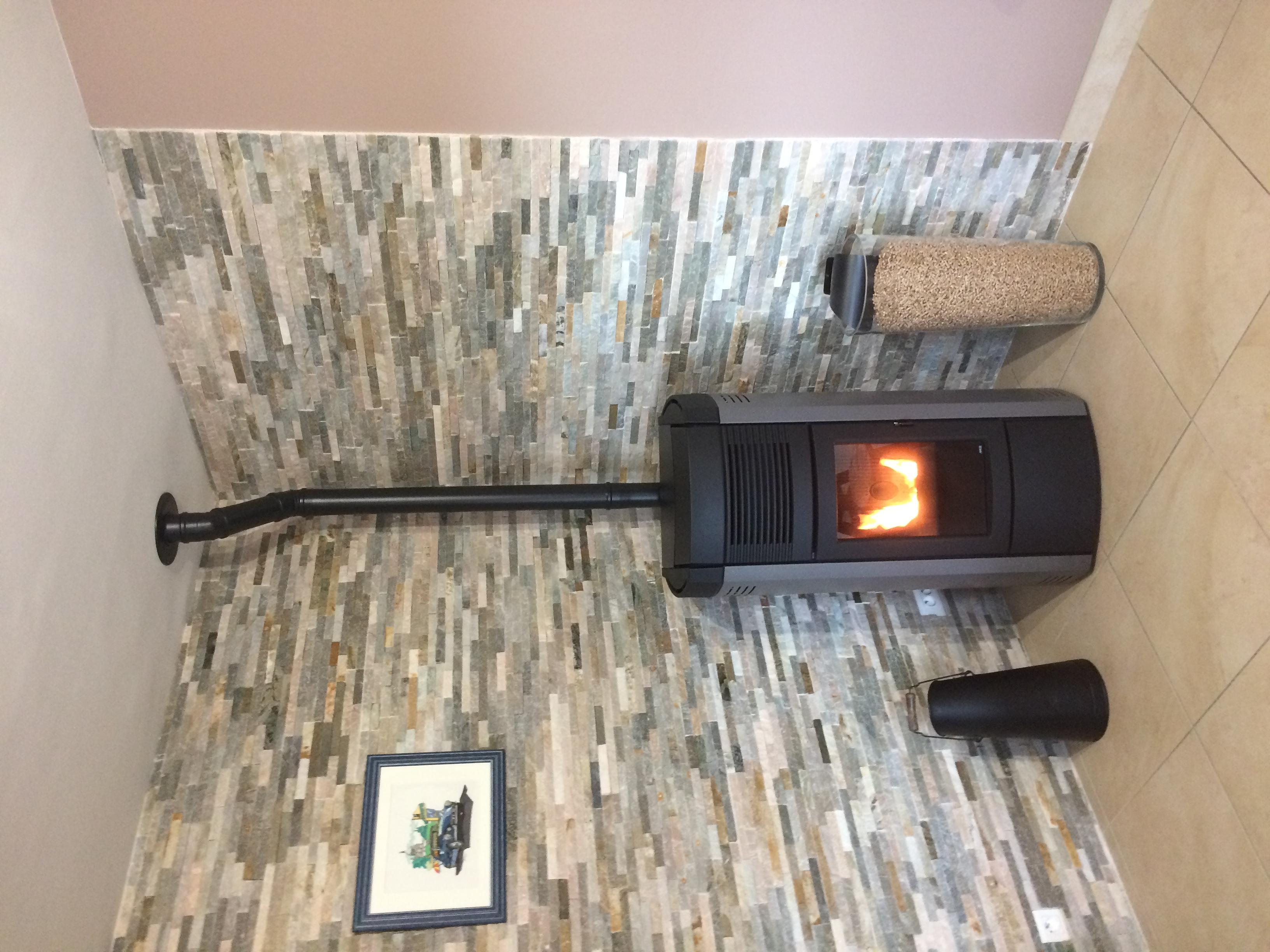 poele a granule avec de chaleur cheap duun pole granuls piazzetta modle pm avec cramique noir. Black Bedroom Furniture Sets. Home Design Ideas